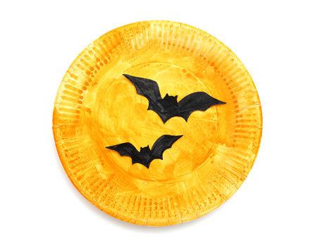 Gruselige Pappteller Silhouetten für Halloween mit Fledermäusen