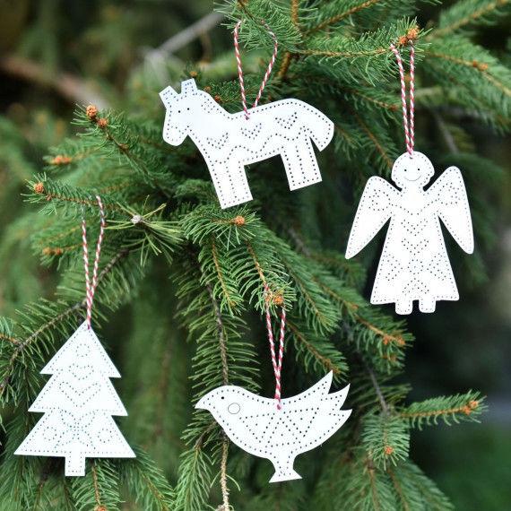 Jul - Weihnachtsfiguren im Weihnachtbaum