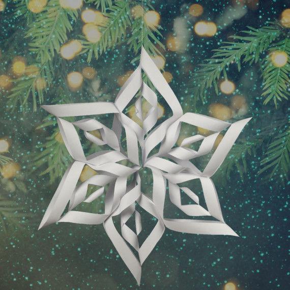 Aus mehreren weißen Schneeflocken entsteht ein bunter Weihnachtsstern
