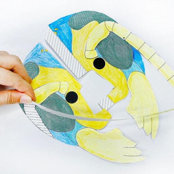 Insekten-Maske: Links und rechts Gummibänder befestigen