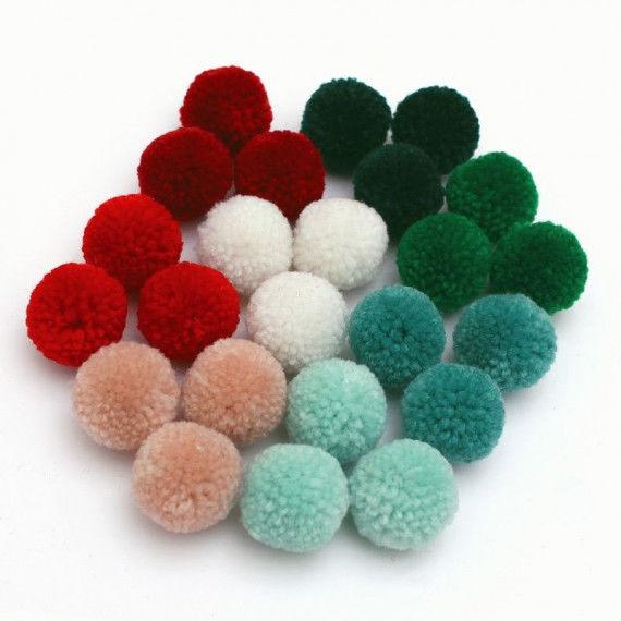 24 Pompons in Weihnachtsfarben