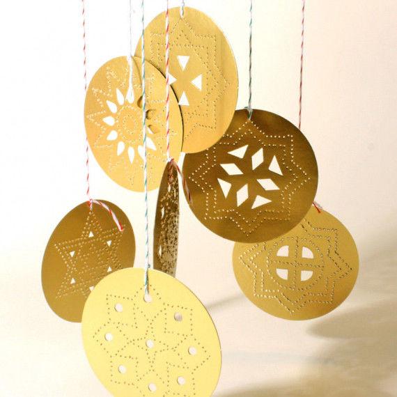 Runde Sterntaler aus Goldkarton zum Pricken und Aufhängen