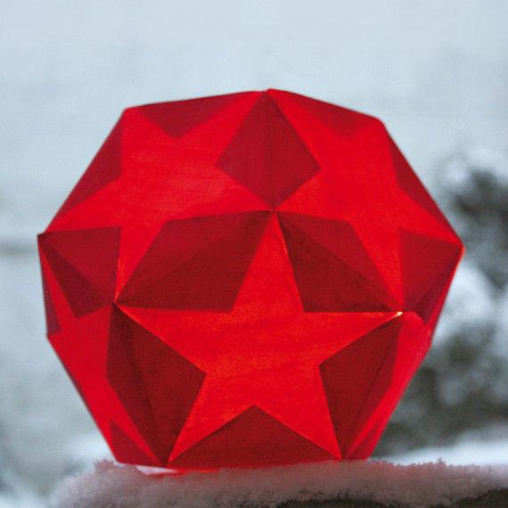 Die Stern-Kugel wird mit einer Kerze in einem Marmeladenglas beleuchtet