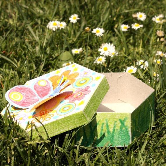 Bunte Geschenk-Schachtel mit Schmetterling