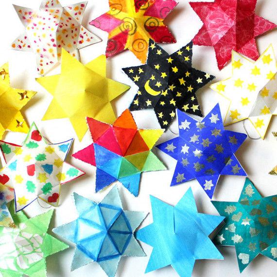 Dicke Sterne bunt bemalt als Adventskalender oder zur Deko
