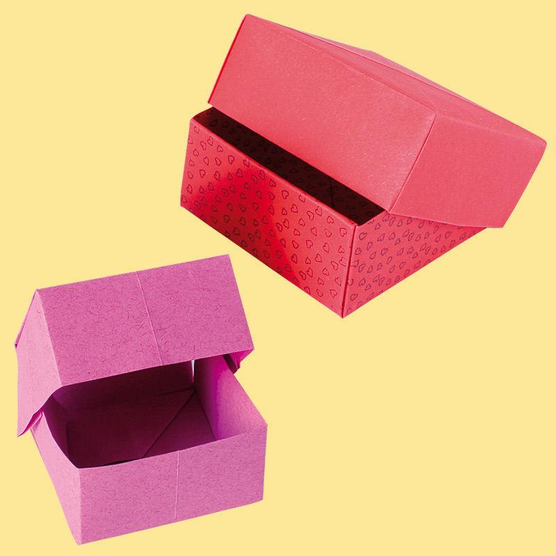 Gefaltete Origami-Schachteln aus buntem Papier