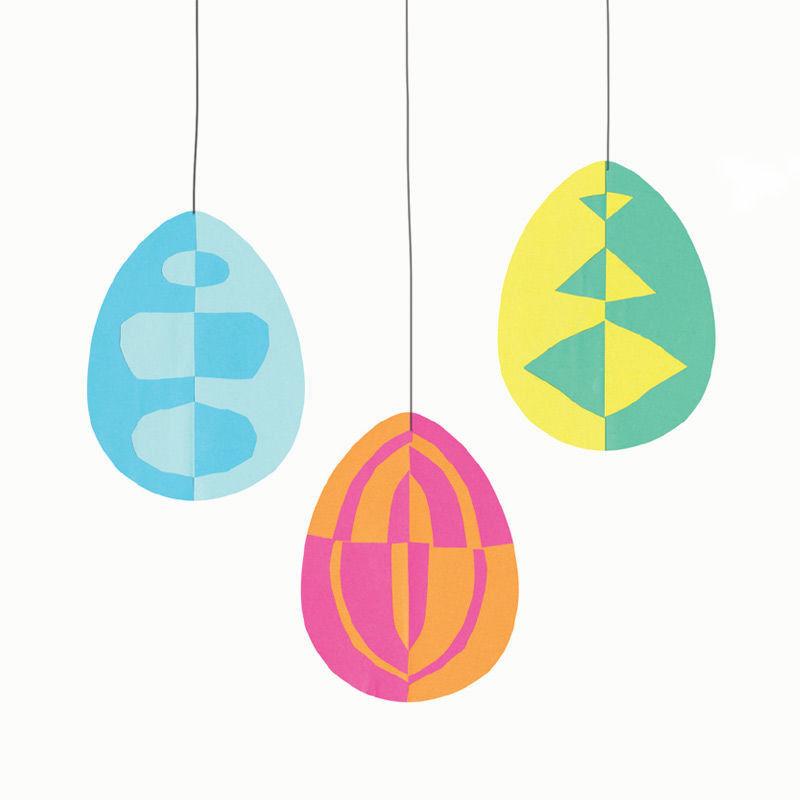 Bunte Klappschnitt-Eier zum Aufhängen