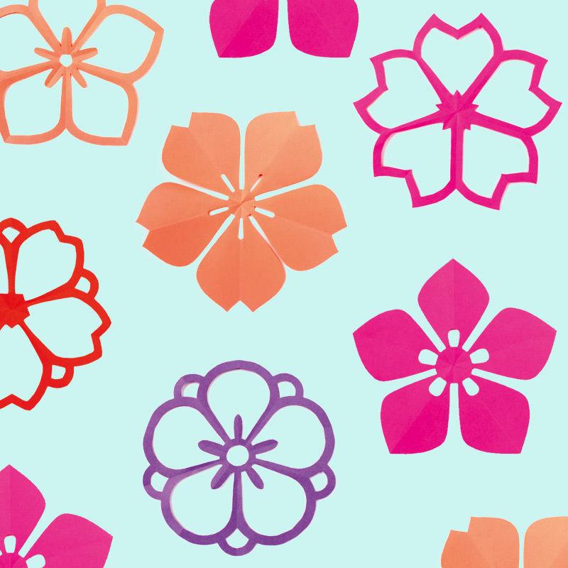 Japanische Kirschblüten aus Papier entstehen im Faltschnitt-Verfahren