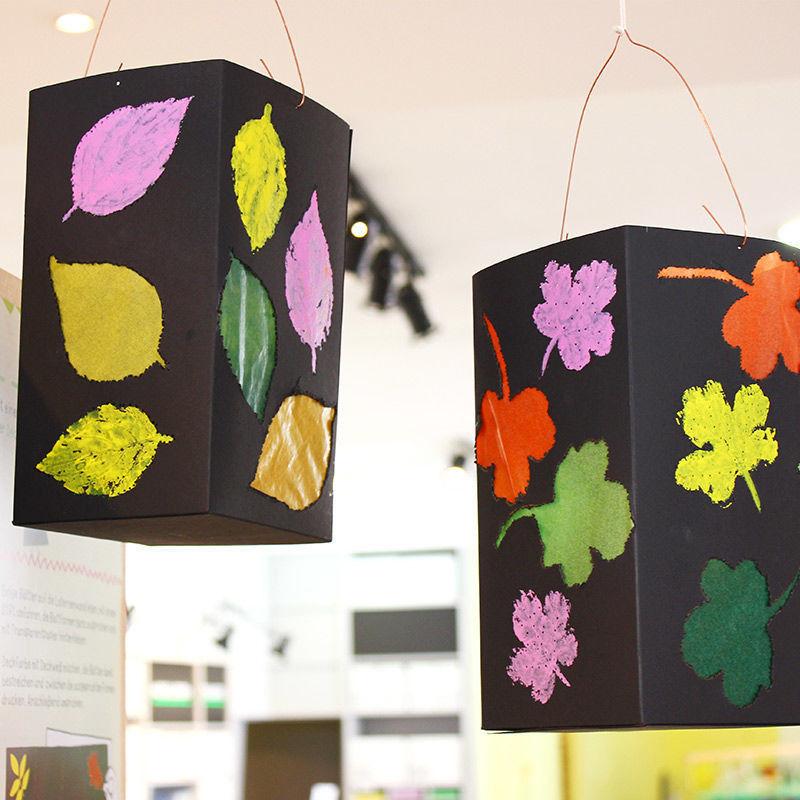 Faltlaterne mit geprickten und aufgedruckten Herbstblättern
