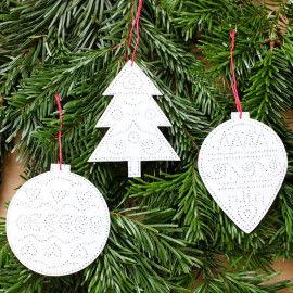 Weihnachtliche Prickanhänger am Tannenzweig