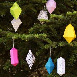 Papierkristalle als Weihnachtsschmuck im Weihnachtsbaum