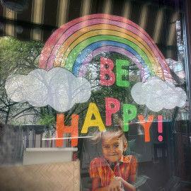 Großes Regenbogen-Fensterbild mit Mädchen