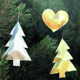 Bauschige Goldaufhänger in den Weihnachtsbaum hänge