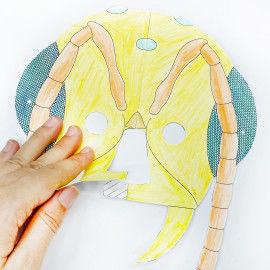 Insekten-Maske: Beide ausgemalten Teile zusammenkleben