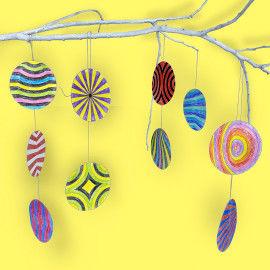 Op-Art-Ketten am Zweig dekoriert