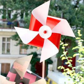 Lustige Windräder aus weißem Karton