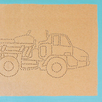 Geprickte Baufahrzeuge aus Pappe mit aufgemalten Rahmen