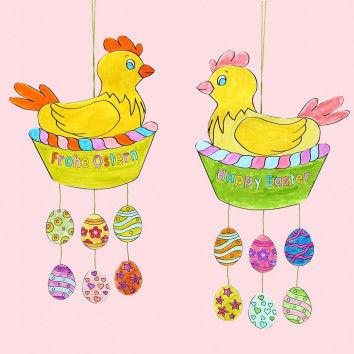 Fröhliche Hennen im Korb am Oster-Mobile